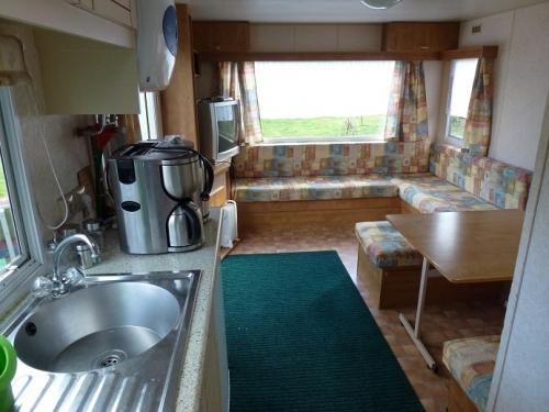 Küchenzeile und Sitzecke im Mobilheim